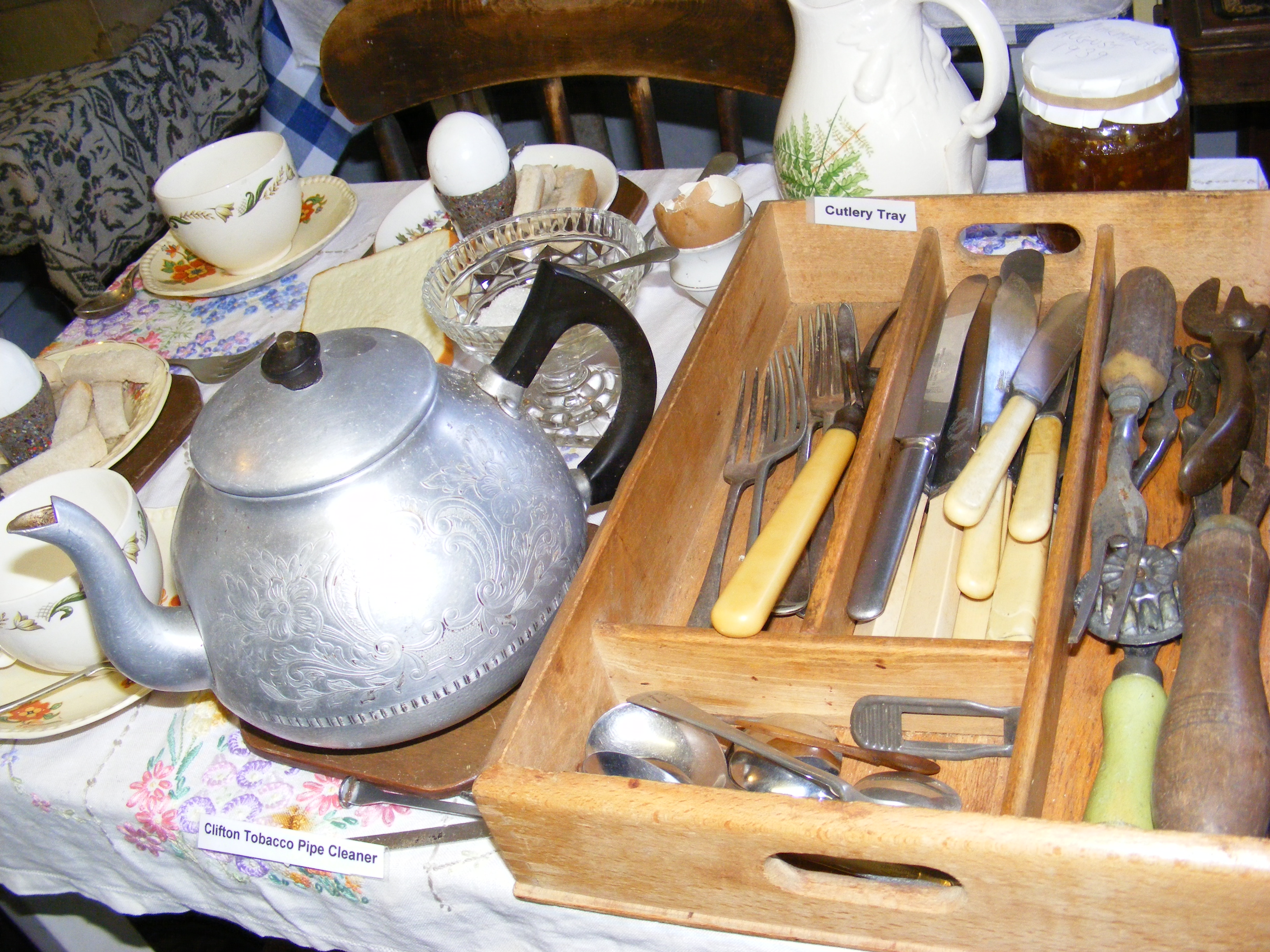 At the museum there is a World War 2 homelife display. It shows many items from the Second World War.