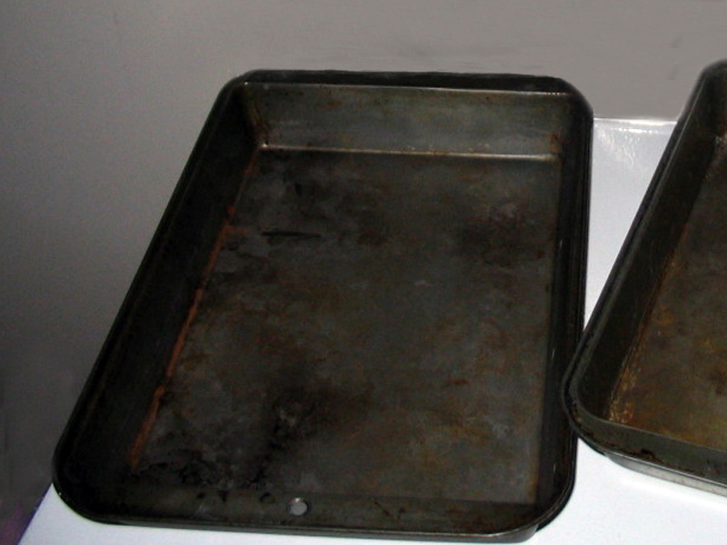 A flat rectangular metal pan, often with a rolled-up edge, used for baking.