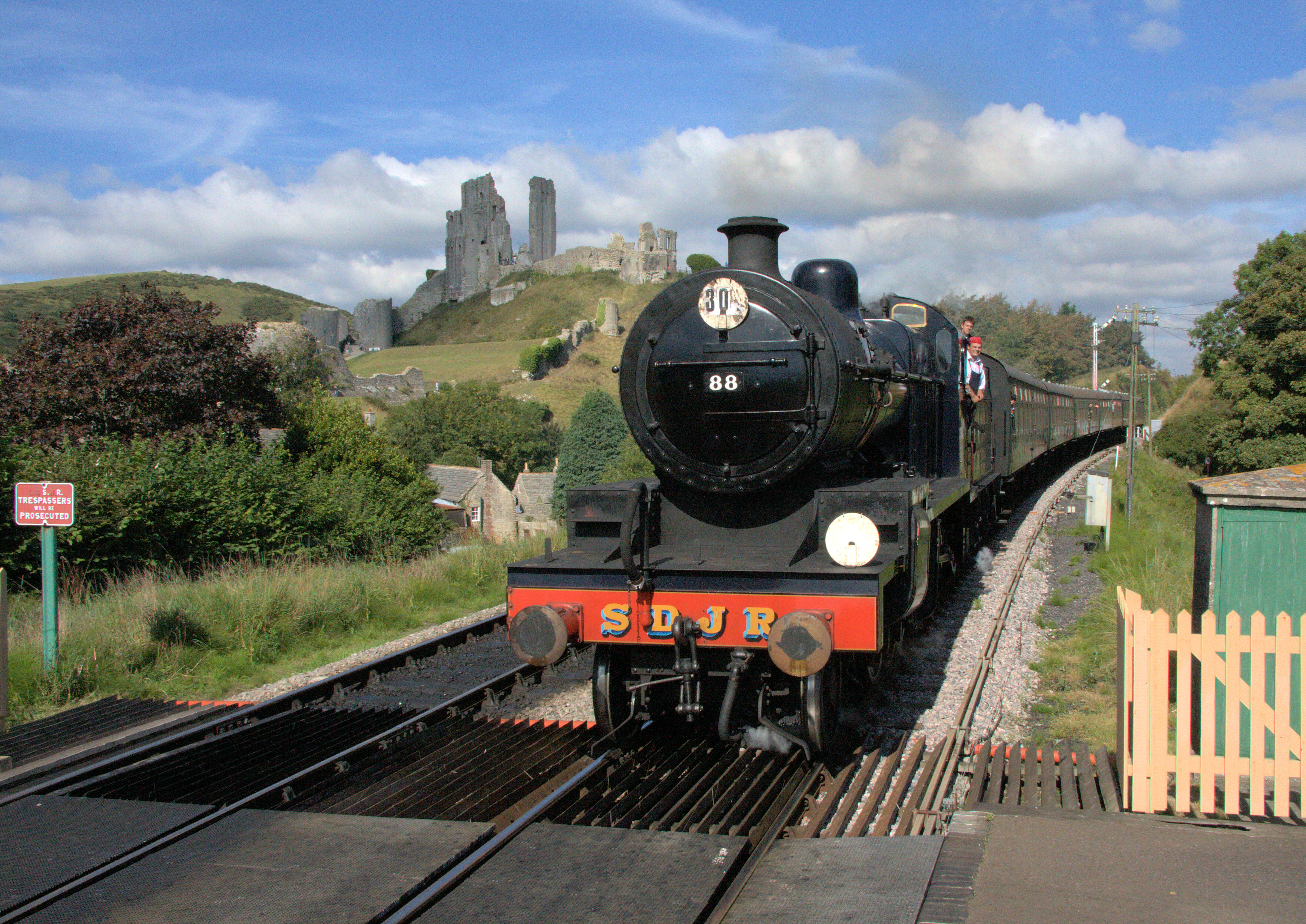 A Somerset and Dorset 7F class loco approaches Corfe Castle on the Swanage Railway