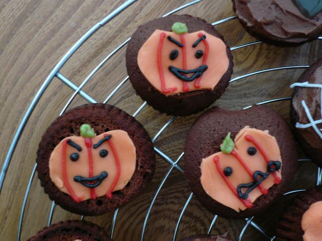 Halloween is often celebrated with pumpkin lanterns. These simple cakes are decorated with pumpkins and are a great idea for halloween celebrations.